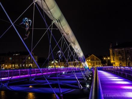 futuristische neue Fußgänger- und Radfahrerbrücke mit turnenden Figuren