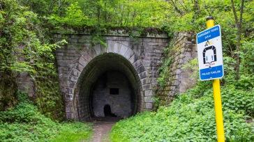 """Zugemauerter Tunnel mit """"Eingang"""" für die Radfahrer"""