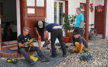 Steigeisenanprobe (v. l. n. r.: Thorsten, Lars, Meutz, Dieter und Arne) (Foto: Holger Lieberenz)