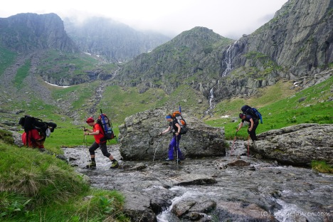 Flussquerung beim Aufstieg zum Negoiu-Gipfel (Foto: Holger Lieberenz)