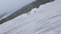 immer wieder müssen große Schneefelder beim Abstieg vom Negoiu gequert werden (Foto: Holger Lieberenz)