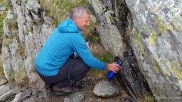 Holger bei der Trinkwasserbeschaffung an der Caltun-Biwakschachtel