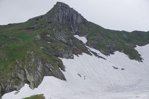 Wieder geht es über riesige Schneefelder. Ameisentrichter. (Foto: Holger Lieberenz)