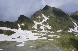 Abstieg in den nächsten Schneekessel auf dem Weg zur Podragu-Hütte (Foto: Holger Lieberenz)
