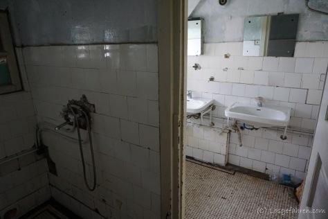 Der 4-Sterne-Spa-Bereich. Wohl gemerkt: es gibt immerhin fließend Wasser und eine richtige Toilette in der Podragu-Hütte (Foto: Holger Lieberenz)