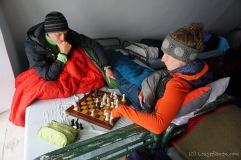 Lars lernt Schach und lässt Aileen zum Dank gewinnen ;-) (Foto: Holger Lieberenz)