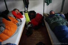 Da man in der Hütte wahnsinnig schnell auskühlt, ist regelmäßiges Aufwärmen bitter nötig. Hier mit Thorsten und Jens. (Foto: Holger Lieberenz)