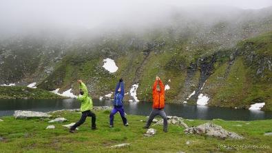 Holger, Aileen und Andreas wärmen sich hingegen draußen auf. Noch lässt es das Wetter zu. (Foto: Die Kamera von Holger Lieberenz, denn er ist ja mit auf dem Bild...)