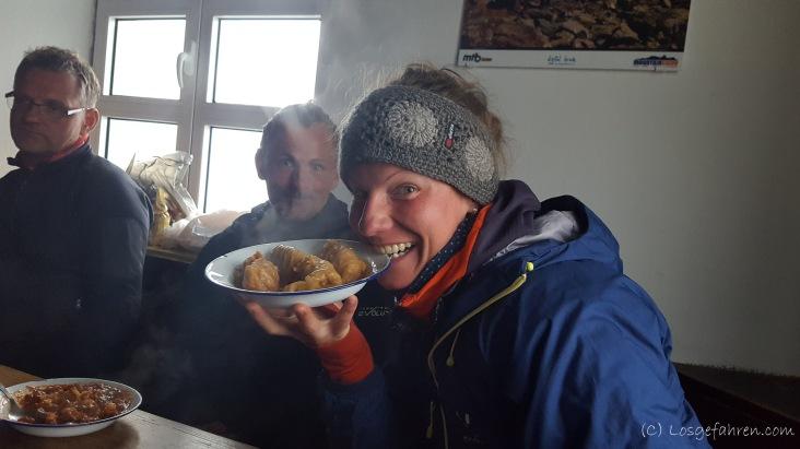 Endlich wieder Kohlrouladen! Inzwischen ist es draußen so kalt wie drinnen, sodass nun auch in der Hütte gegessen werden kann.