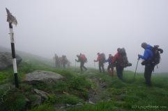 Entscheidung gefallen. Im Nebel geht's nun runter vom Berg (Foto: Holger Lieberenz)
