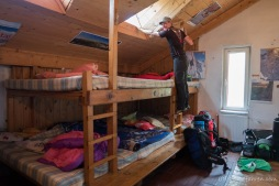 Salvamont-Hütte. Die ehemalige Bergwachthütte wird nun unser Zuhause für eine Nacht. Kuschelig ists hier - Transfagarasan