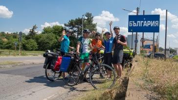 Im Land Nummer 7 unserer Reise bekommen wir spontan Gesellschaft für unser Grenzfoto. Michai, Krzysztof und Radek wollen bereits in 10 Tagen zurück in Wrocław sein! Verrückte Polen!