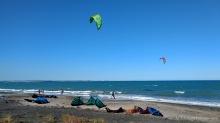 Kitesurfer am Stadtstrand - Burgas, Bulgarien