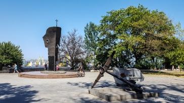 Zumindest geht es bei beiden um die Seefahrt: Das hintere Denkmal erinnert an umgekommene Seefahrer, das vordere an das 150 jährige Bestehen der Schwarzmeerschifffahrt - Odessa, Ukraine
