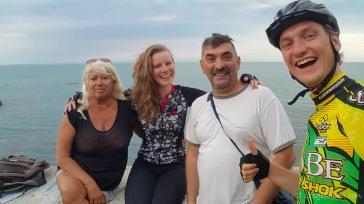 Arsela und Volodymyr sprechen uns an der Küste an. Aileen verständigt sich mit Arsela in einer Mischung aus Russisch und Englisch, während ich über das perfekte Deutsch von Volodymyr staune. Wieder eine sehr schöne und herzliche Begegnung - Odessa, Ukraine