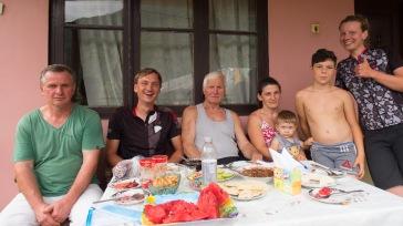 unsere lieben Gastgeber in Mirveti - Das Essen war wirklich köstlich - und auch die Marmelade, die Kirschen, die Haselnüsse und die 2 kg Kartoffeln, die wir bekommen haben. Danke Danke Danke!!