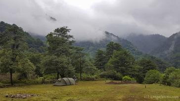 Campingspot in Mirveti. Bei den Wolken könnte man denken, wir sind hier auf 1000 m. Stattdessen sind wir aber nur 50 m über dem Meer und das ist der Dampf, der aus dem Wald hochsteigt. Gigantisch!