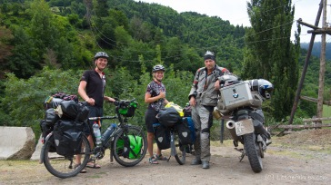 Der Russische Motorradfahrer kündigt uns an, dass uns bald Deutsche begegnen werden. Sind schon ganz gespannt, wer da kommt... Weg nach Khulo