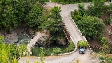 Steinbogenbrücke aus dem 12. Jahrhundert, daneben ein etwas neueres Modell - Weg nach Khulo
