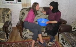 Gogias Mutter macht Khachapuri-Teig für das Frühstück