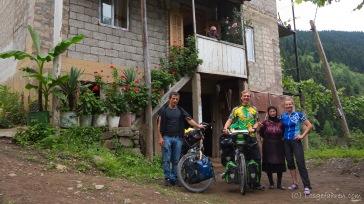 Abschiedsfoto mit Gogia und seiner Familie. Vielen Dank - Madloba!!