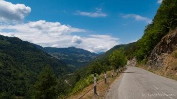Zurück auf der Straße nach Batumi - hoch oben im Tal. Landschaftlich auch äußerst reizvoll - Straße nach Batumi