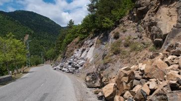 Ab und an rollert hier mal ein Steinchen runer - Straße nach Batumi