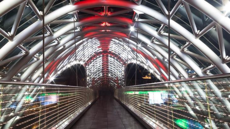 Schicke neue Brücke mit Georgienfahne in Tbilisi