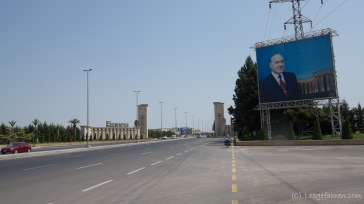 damit niemand vergisst, wie Heydar Aliev aussieht, hier nochmal ein Bild. - Ortseinfahr Gäncä