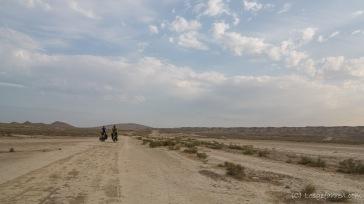 Zeltplatzsuche in der Wüste bei Qobustan. ein faszinierender Ort