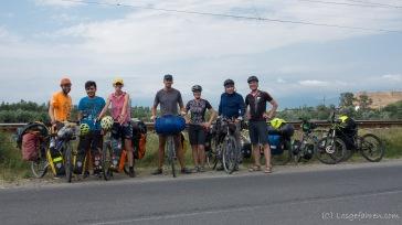 Beim Abschied von Lasha kommt wie aus dem Nichts noch eine Horde Radreisender herbei