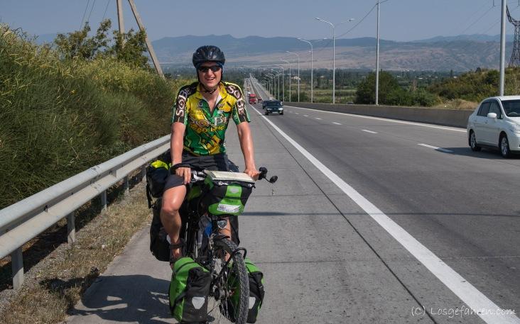 schöner breiter Fahrradstreifen auf der Autobahn
