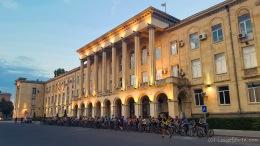 Critical Mass vor dem Parlamentsgebäude in Gori