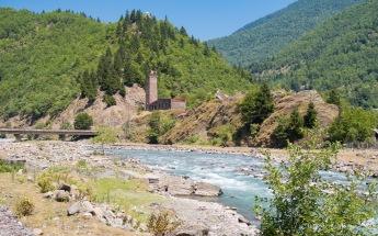 Der erste Svanetische Wehrturm in herrlichster Landschaft
