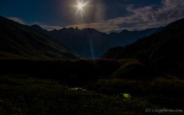 Schließlich finden wir einen herrlichen Zeltplatz. Stirnlampen brauchen wir hier nicht. Der Mond strahlt alles hell an.