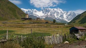 Ushguli vor der Kulisse der 5000er des hohen Kaukasus