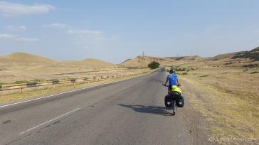 Steppenhügel auf dem Weg nach Aserbaidschan