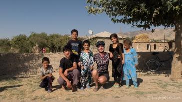 Hilfsbereite und sehr nette Kids im namenlosen Dorf