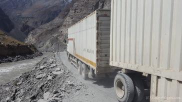Viele schwere LKW rumpeln über den Highway. Viel Platz bleibt da nicht mehr.