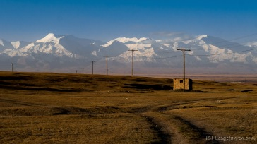 Der über 7000m hohe Pik Lenin zeigt sich am nächsten morgen (die rechte Spitze)