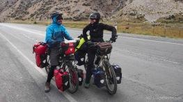 Wiedersehen mit Stephane bei der Gegenwind-Abfahrt vom Taldik-Pass (Foto: Kilian Hermes)