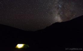 Nachts. Kein Mond. Kein Störlicht. Unfassbarer Himmel. Ohne Probleme ist mit bloßem Auge die Milchstraße erkennbar!