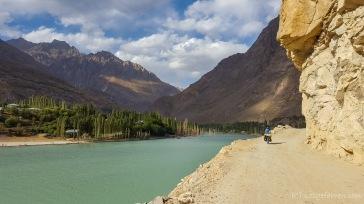 Pamirhighway wenige Kilometer hinter Khorog. Kein Verkehr, dafür ein paar km Piste