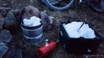... nur leider ohne fließend Wasser. Zum ersten Mal müssen wir Schnee schmelzen.