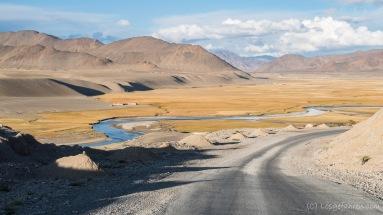 Malerischer Flusslauf des Murghab-Flusses. Die gleichnamige Stadt ist auch schon zu sehen, aber noch eine gute Stunde entfernt.