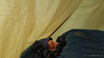 Nachts wird es schon ordentlich kalt. Da guck nur noch das Wichtigste aus dem Schlafsack