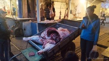Zurück in Jalal-Abad überholt uns eine halbe Kuh auf dem Markt...