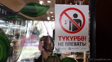 Eine Unsitte der Kirgisen ist ihr ständiges Rumgerotze. Jemand grüßt dich von weiten, kommt auf dich zu und 2 m vor dir rotzt er nochmal richtig schön auf den Boden.