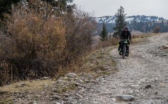 steinige Abfahrt Richtung Kasachstan