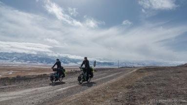 Nun lassen wir das Tien-Shan-Gebirge endgültig hinter uns
